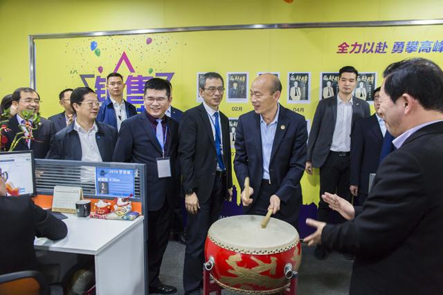 高雄市长韩国瑜体验小威智能,强大功能引赞叹
